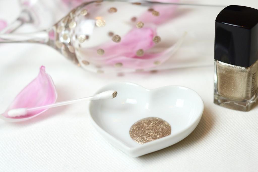 Einfaches DIY: Gläser mit Nagellack betupfen