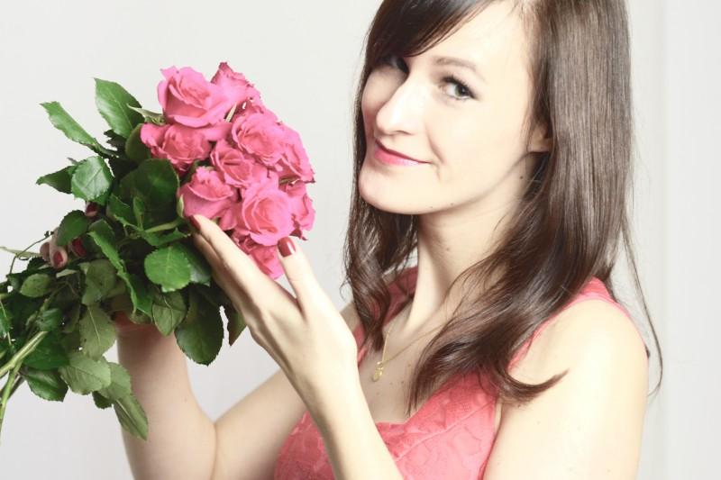 Rote Rosen und rotes Kleid zum Valentinstag